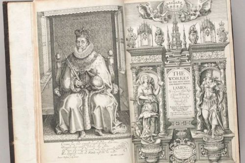 Tulisan-tulisan yang dikumpulkan dari King James , yang telah diselenggarakan oleh kedua raja Inggris .