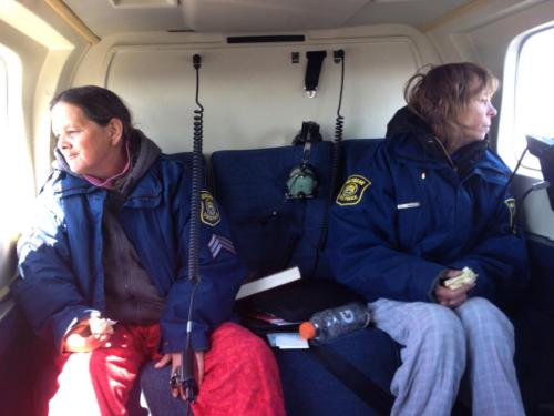 Saudara Leslie Roy , tepat , dan Lee Marie Wright duduk di sebuah helikopter Kepolisian Negara Michigan setelah mereka diselamatkan Jumat, April 24, 2015 dari Michigan Upper Penisula . Para suster selamat 13 hari di daerah terpencil dari Upper Penisula setelah SUV mereka terjebak sekitar 3 mil dari Danau Superior .