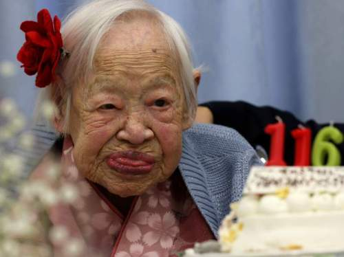 Misao Okawa , dunia orang hidup tertua , yang terlihat pada perayaan ulang tahun ke-116 nya di  celebration at Kurenai Nursing Home on March 5, 2014 in Osaka, Japan. Okawa, born in Tenma, Osaka, on March 5, 1898 to a family of Kimono merchants, married in 1919 and had three children, of which a daughter and a son are still alive, and has four grandchildren and six great-grandchildren.  (Photo by Buddhika Weerasinghe/Getty Images)