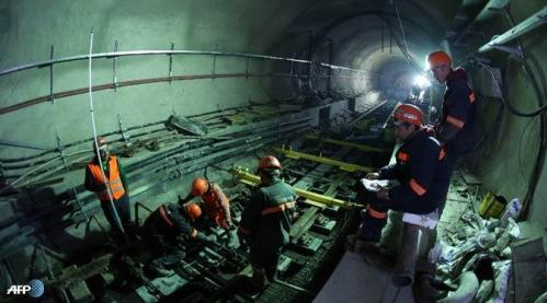 Karyawan bekerja di Terowongan Marmaray bawah laut Bosphorus di Istanbul. Marmaray adalah proyek transportasi kereta api bawah laut.