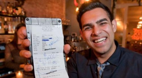 Pemuda misterius yang mengaku sebagai Mike, rela memberikan tip sebesar 3.000 dollar AS kepada wanita pelayan restoran di New York.