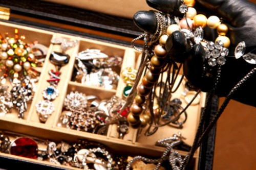 Perhiasan mewah jadi incaran kelompok begal yang berdandan layaknya eksekutif bisnis papan atas yang beroperasi di Bucharest, Romania.