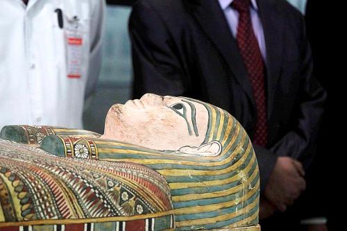 Sebuah sarkofagus , yang merupakan bagian dari lebih dari 120 artefak kuno yang telah diselundupkan di luar Mesir dan kemudian disita oleh bea cukai AS , ditampilkan untuk pers di bandara Kairo Internasional pada tanggal 24 April 2015, setelah kembali dari Amerika Serikat . Item ada di daftar kementerian item diselundupkan , dan termasuk kelompok peti mati berwarna dating kembali ke Dinasti ke-26 , sebuah prasasti dari kerajaan baru dan beberapa koin Yunani-Romawi . AFP PHOTO / Hosam ATEF