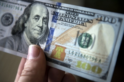 Pecahan 100 dollar AS sebanyak 30 lembar diterima wanita pelayan restoran sebagai tip atas pelayanan yang dia berikan kepada pengunjung restoran yang mengaku sebagai Mike.