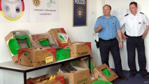 Para staf di Aldi menemukan kokain yang ditaruh di antara pisang ketika membongkar kotak berisi buah-buahan.