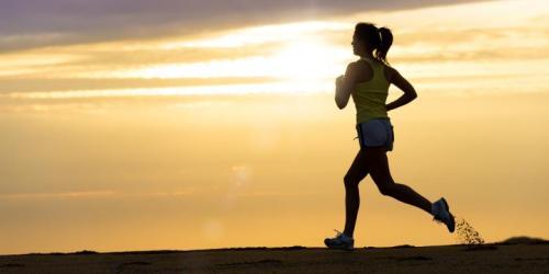 Berlari mampu mengurangi berat badan dengan cepat bila diimbangi dengan diet yang sehat. Orang yang punya masalah obesitas dianjurkan melakukan olahraga ini.