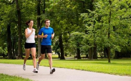 Setiap olahraga memang baik, tetapi jika tujuannya untuk menurunkan berat badan, tak ada yang bisa mengalahkan olahraga lari. Bahkan, berlari adalah cara paling efisien untuk membakar kalori tanpa harus diet ketat. Jika Anda sudah hobi berlari, silakan lanjutkan. Namun, jika Anda belum menyukai lari tetapi menargetkan untuk menurunkan berat badan pada tahun ini,
