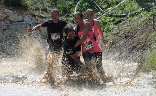 Pelari yang terjebak kubangan lumpur dalam dengan susah payah berusaha keluar dari jebakan lumpur pekat.