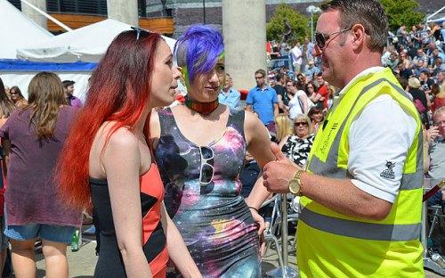 Pasangan lesbian Mog Wilde dan Freya Dansie ini mendapat teguran polisi Cardiff saat sedang bermesraan di tempat umum.