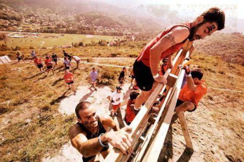 Sebagian peserta masih bertahan melewati kubangan lumpur. Sebagian lainnya mulai merayap pagar besi untuk selanjutnya berlari melewati kubangan lumpur berikutnya.