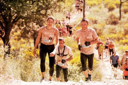 Lari gembira melewati genangan lumpur, membuat peserta terengah-engah saat medan mulai menanjak terjal melewati kawasan semak belukar.