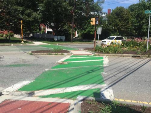 Cat hijau menghiasi penyeberangan jalan yang dilakukan anggota dewan, Selectman George Simolaris dari Billerica membawanya pada dirinya untuk mengecat penyeberangan memudar .