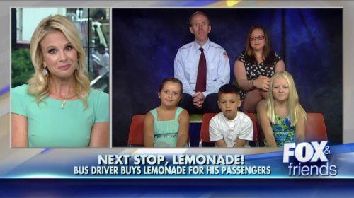 John Lohan berbagi kebahagiaan memberikan minuman lemon kepada enam penumpang bus nya.