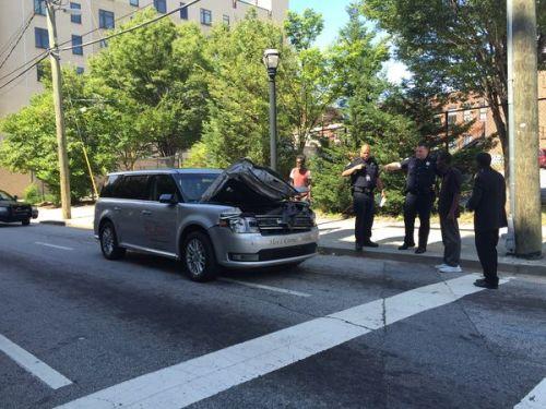 Mobil jenazah rusak kap mesinya setelah menabrak pintu gerbang kamar mayat. Pria
