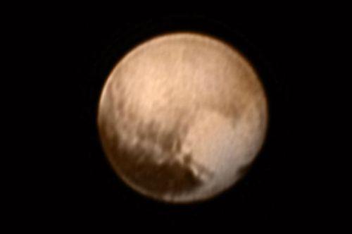 Ini adalah Pluto - tembakan dari NASA New Horizons pesawat ruang angkasa . Patch berbentuk hati terlihat di sisi kanan