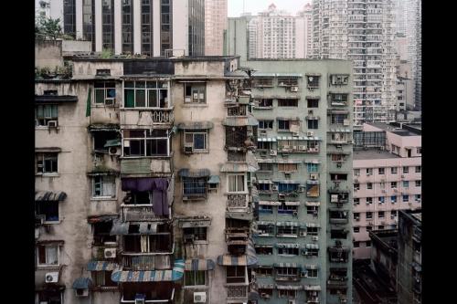 Balkon lantai 22 tempat pemuda marga Zhou tinggal. Telepon selulernya jatuh ke balkon milik Liu.