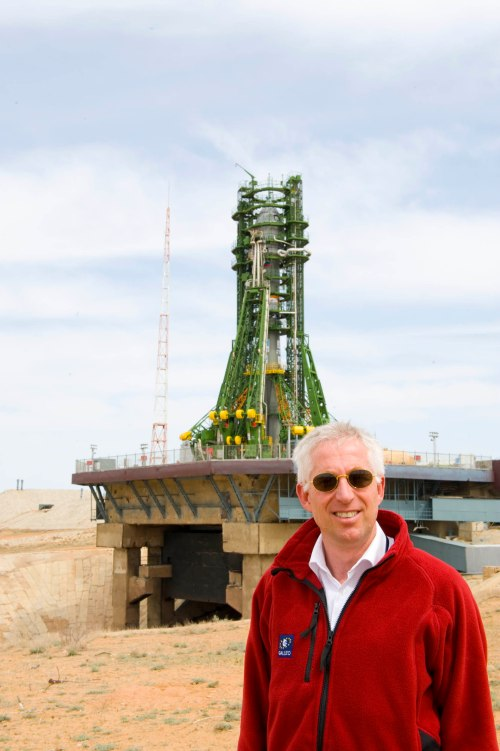 Benedicto dengan latar belakang roket Soyuz.