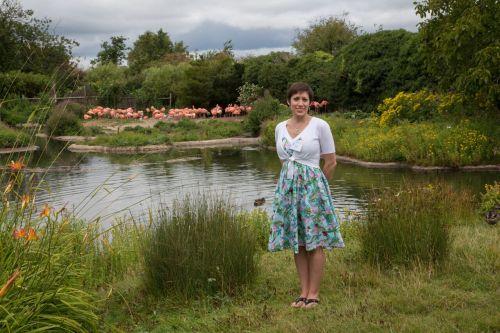 Kaitlin Kight sedang meneliti sekumpulan blue bird di danau.