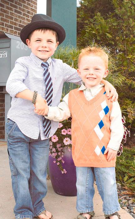Kakak beradik James Tufts ( kanan ) dan kakaknya, Robert ( kiri ) sebagai wali kota termuda di dunia.