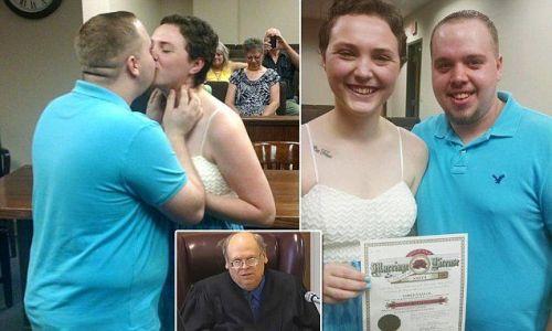 Foto pernikahan Josten Bundy dan Elizabeth Jaynes langsung mereka pasang di akun facebook agar diketahui sahabatnya.