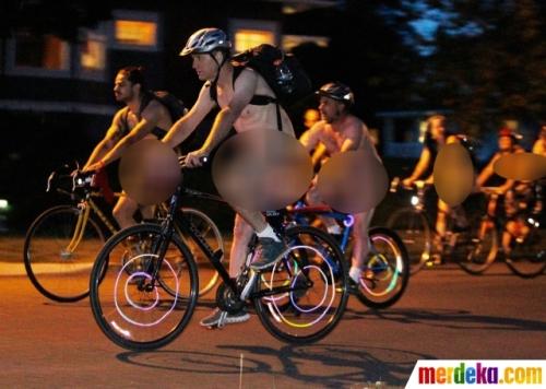 Tanpa kenal lelah pesepeda telanjang terus menggowes sepedanya, melintasi jalanan kota Philadelphia.