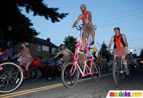 Ketika hari pagi tiba, sepeda unik terlihat dengan penggowesnya nongkrong di ketinggian sadel sepeda.