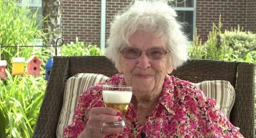 Saat diwawancarai ABC News, Agnes Fenton tak lupa minum bir. Ini bagian dari gaya hidup sehat menurut dokter pribadinya.