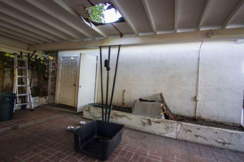 Atap garasi mobil milik Bill dan Maya Donelly bolong tertimpa bungkusan mariyuana seberat 11 kilogram.