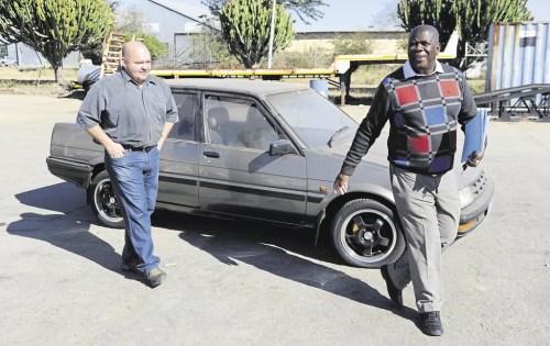 Kwakka Ntokola ( kanan ) sedang memeriksa toyota corolla 1.6 milik Derrick Goosen ( kiri ) yang telah hilang selama 22 tahun.
