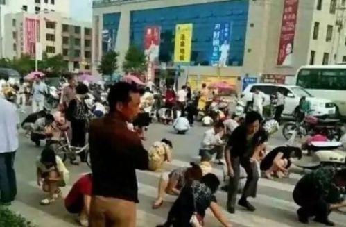 Warga Mianxian, Provinsi Shaanxi, Tiongkok dengan semangat mengambil butiran belerang yang jatuh dari truk. Mereka mengira butiran lembut belerang itu adalah butiran emas.