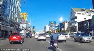Meteor biasanya terlihat di malam hari. Akan tetapi fenomena alam ini terjadi di siang hari, saat warga Thailand berangkat kerja. Mereka melihat cahaya terang jatuh menghunjam bumi.