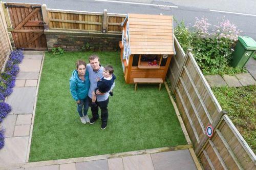 Rumah mainan indah, mungil yang terletak di sudut halaman rumah pasangan Michael Heron dan Jenna Hulme harus dirobohkan karena tak ada izin dari Pemerintah kota Oldham.