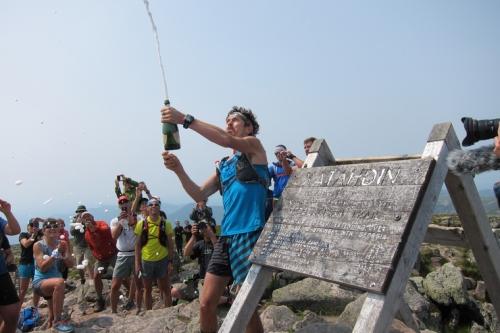 Scott Jurec minum champagne sesaat dinyatakan menang dalam lomba lintas alam sepanjang 24 kilometer. Akibat ulahnya ini, dia didenda 500 dollar AS.
