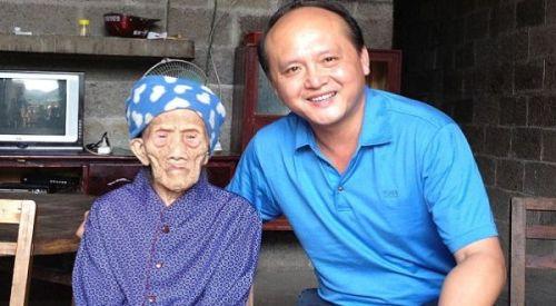Seorang nenek yang telah merayakan ulang tahunnya yang ke-127 tahun, Luo Meizhenm, mengklaim dirinya sebagai orang tertua di dunia. Luo tinggal bersama putra tunggalnya di Bama, Provinsi Guangxi, China.