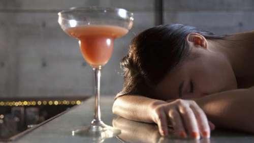 Ilustrasi saat Zhao mabuk berat karena pengaruh minuman keras. Ia tidur pulas langsung dibawa dengan kursi roda.