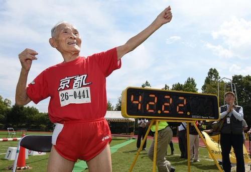 Hidekichi Miyazaki pelari tertua di dunia, finish dengan catatan waktu 42,22 detik dalam lomba lari 100 meter.