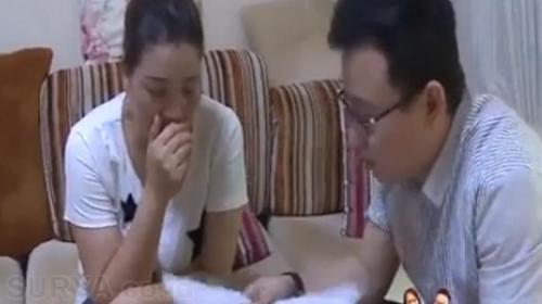 Istri Liu Xiang saat mengadukan kasusnya dan ditayangkan di sebuah stasiun televisi. Foto : China Daily.