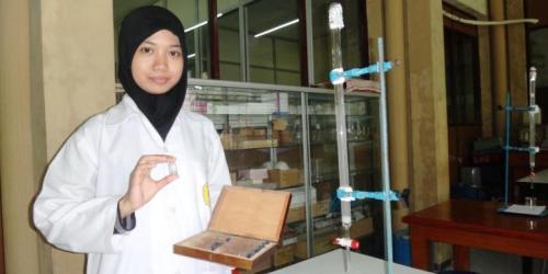 etua Tim Mahasiswa Fakultas Farmasi Universitas Jember, Jawa Timur, Kinanthi Putri Rizki, Menunjukkan Ekstrak Kulit Buah Kakao Yang Bermanfaat Untuk Menyembuhkan Penyakit Kanker Usus Besar.