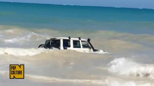 Air laut Samudra Hindia langsung merendam mobil sial milik terduga pencuri mobil.