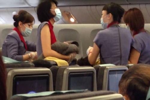 Proses jalannya persalinan bayi dalam pesawat diabadikan gambarnya oleh seorang penumpang.