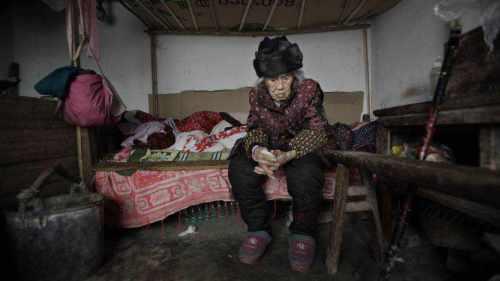 Perempuan 94 tahun itu terpaksa tinggal di garasi rumah sang menantu di salah satu sudut Desa Fusheng, Distrik Changshou, Provinsi Chongqing.