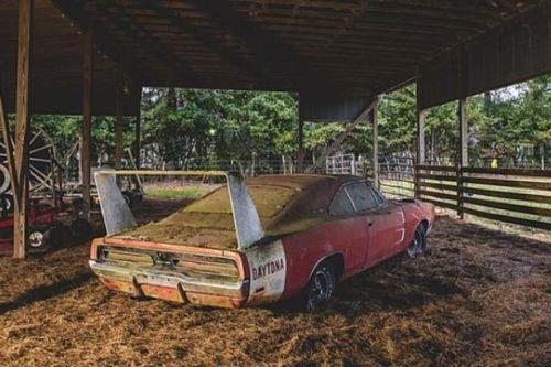 Dodge Charger Daytona 1969 ini punya cat oranye yang sangat kuat, bahkan 40 tahun terdiam tak membuatnya luntur. Spesifikasi ala supercar-pun jadi make up yang membuatnya semakin mewah.