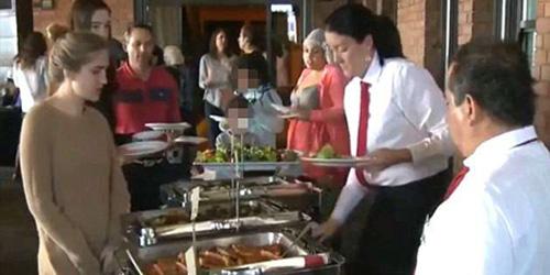 Tunawisma tengah menikmati hidangan di restoran The Grange. Mereka ada yang datang membawa keluarga dan anak-anak.