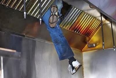 Karena saluran udara di atas dapur toko ini panas, pria yang diduga hendak mencuri akhirnya menyerah. Dia terjebak di dalam saluran udara ini selama 11 jam dan merasakan panas luar biasa. Akhirnya pria ini diamankan petugas pemadam kebakaran dan langsung ditangkap polisi.