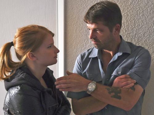 Buronan Jason Stange membahas adegan dengan lawan mainnya Katie Hemming selama syuting untuk keterangan Gambar Stange dilaporkan ditangkap . Jason Stange : US buron tertangkap setelah membintangi film horor anggaran rendah.