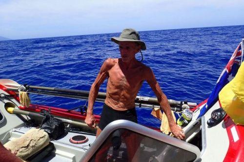 John Beeden dalam kondisi kurus badannya, tetap semangat mengisi waktunya mengecek navigasi perahu dayung di tengah kesunyian Samudra Pasifik.