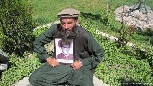 menunjukkan foto dirinya saat masih aktif sebagai prajurit Uni Soviet tahun 1980.