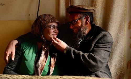 Sheikh Abdullah ( kanan ) duduk disamping istrinya Jamela di rumahnya yang asri di kawasan Provinsi Herat. Foto dibuat 5 Februari 2015.