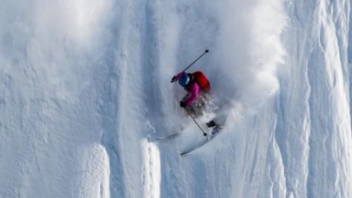 Angel Collinson menantang maut dengan adegan berbahaya saat dirinya meluncur ke bawah di pegunungan Necola, Alaska, Amerika Serikat.