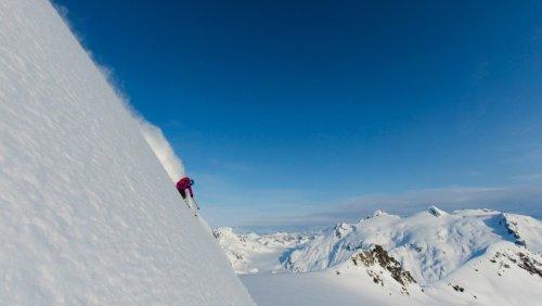 Tebing es curam dilewati Angel Collinson dengan mudah, padahal ketinggian tebing es cukup tinggi, yaitu 305 meter.